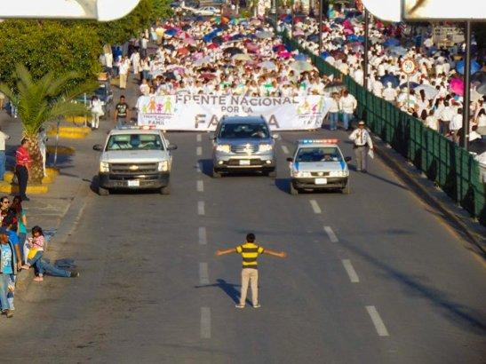 nino-enfrenta-multitud-protesta-contra-matrimonios-igualitarios-foto-por-manuel-rodriguez-copia